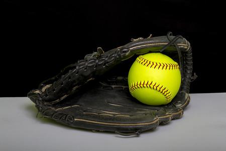 Fastpitch Softball Fielder Mitt mit gelber Kugel Standard-Bild - 38269090