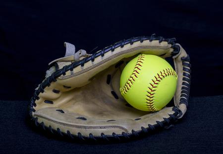Fastpitch Softball Handschuh mit gelber Kugel Standard-Bild - 38269122