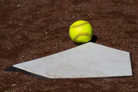 Een Gele Softball In Fair Territory Voor Homeplate