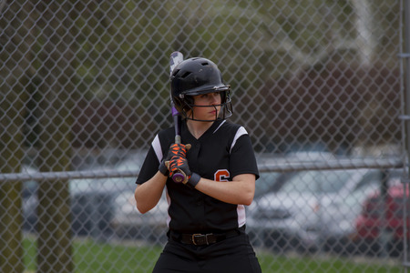 Een Vrouwelijke Softball speler Sizing Up The Pitcher