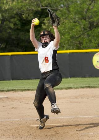 A fastpitch softball pitcher brings the heat during a high school game. Standard-Bild