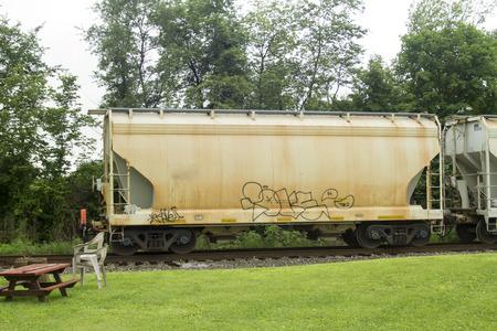 ferrocarril: Coche de ferrocarril con grafetti rodando por las pistas.