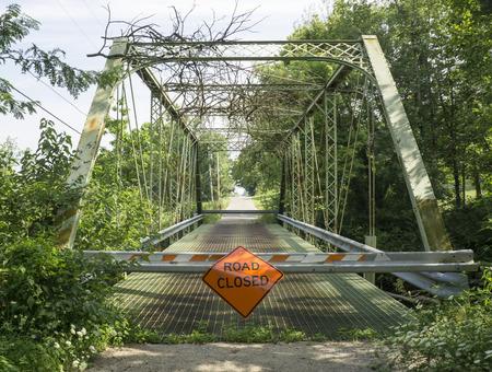 오래 된 강철 다리 씻 겨 고 HDR에서 홍수 후 폐쇄되었다.