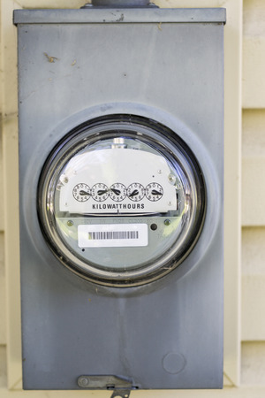 contador electrico: Metro eléctrico montado en el lado de una casa. Foto de archivo