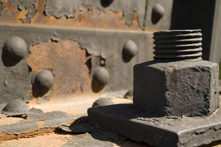 Close-up van grote metalen moer en bout op een ijzeren brug. Stockfoto