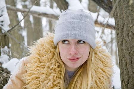 Eine junge Blondine trägt einen pelzigen tan farbige Fell. Standard-Bild - 784509