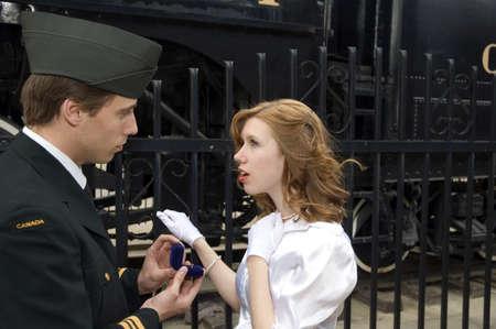 World War 2 Canadese soldaat voorstelt aan zijn meisje.