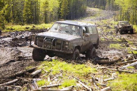 4x4 actie door middel van een enorme modder moeras. Stockfoto
