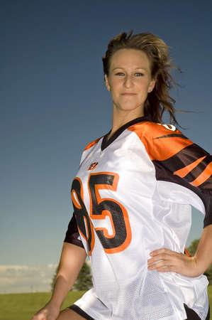 Hottie dragen een voetbal jersey. Stockfoto