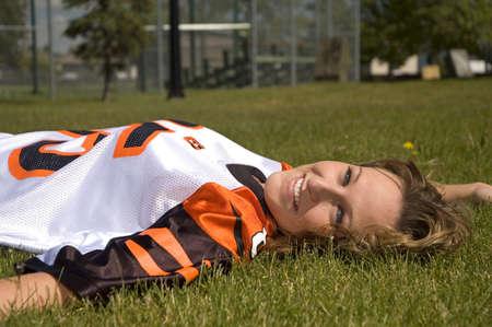 Attraktive Frau trägt eine orange und schwarz footballl Trikot. Standard-Bild - 1092251
