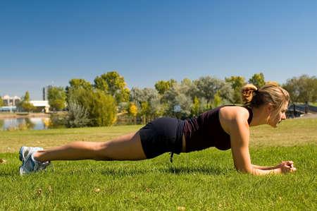 """haciendo ejercicio: Ajustar joven haciendo el """"Plank"""" ejercicio."""