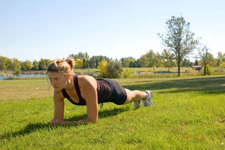 "Fit jonge vrouw doet de ""Plank"" oefening."