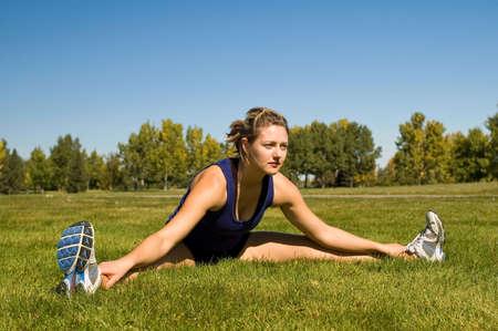 Vrouw in zwarte broek uitrekken haar lies spieren.