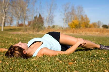 Vrouw doet onderrug houdende Stretch.