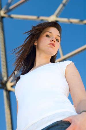 jeans apretados: Joven mujer de pie bajo un puente.  Foto de archivo