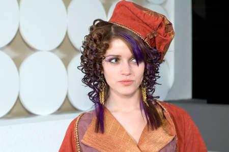 Jonge vrouw een high fashion outfit dragen. Stockfoto