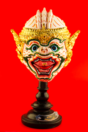 pantomima: Pantomima, m�scara Khon �ngel en estilo tailand�s nativo en un fondo rojo