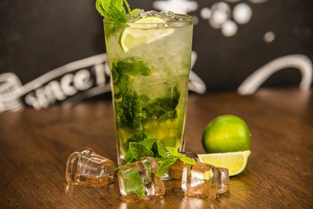 vaso de precipitado: Mojito cocktail on the background of the bar
