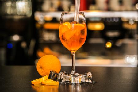 vaso de precipitado: Aperol Spritz cocktail with ice in the bar background