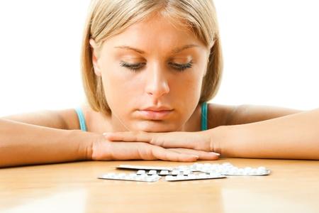 Ragazza guardando pillole sul, vita moderna concezione della salute tavolo