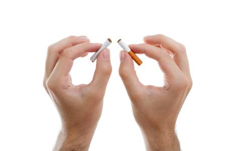Sigaretta rotto nelle mani dell'uomo, concetto stile di vita sano