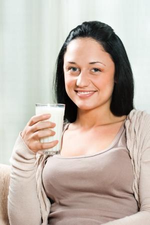 Bella giovane donna con un bicchiere di latte Archivio Fotografico