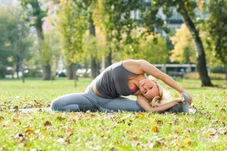 Yoga-Parivrtta Janu Sirsasana rivoluzione Testa a ginocchio Pose