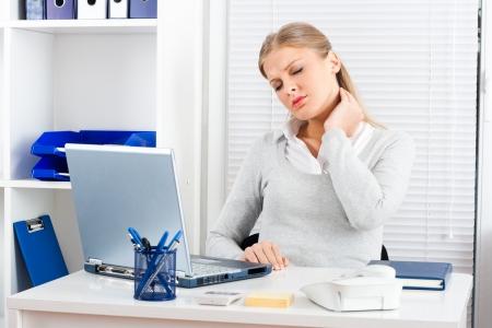 彼女の首の痛みを持つ実業家