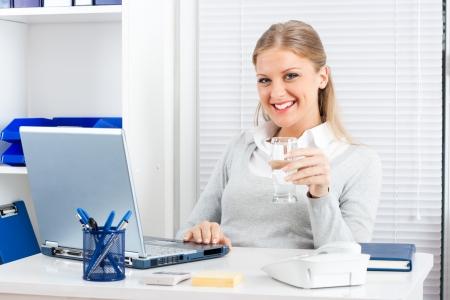 水のガラスを保持している実業家の肖像画