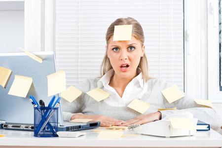 Jeune femme d'affaires avec trop de travail à faire Banque d'images - 24950771
