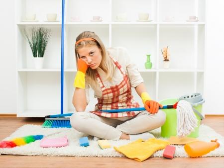 casalinga: Giovane casalinga � stanco di pulizia