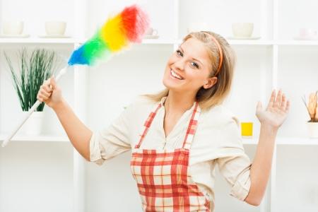 Giovane casalinga � pronto per la pulizia Archivio Fotografico