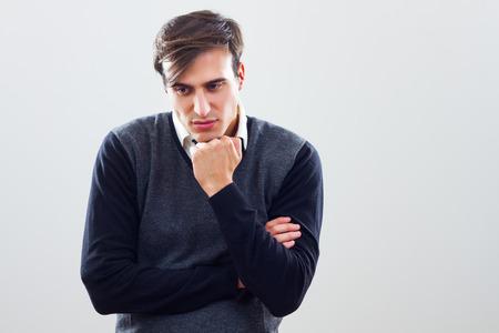 Giovane imprenditore sta pensando, lui � molto preoccupato a causa di qualcosa