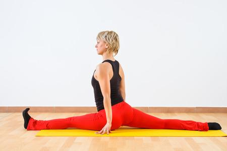 Giovane donna praticare lo yoga Archivio Fotografico