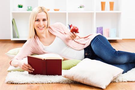 Giovane donna gode nel suo tempo libero e mangiare la mela