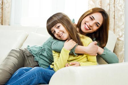 madre soltera: Retrato de la madre y la hija el gasto de tiempo juntos en su casa