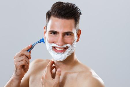 彼のひげを剃るハンサムな男の肖像 写真素材
