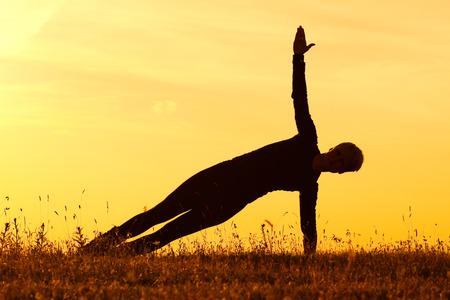 buena postura: Yoga-Vasisthasana tabl�n Actitud lateral Foto de archivo