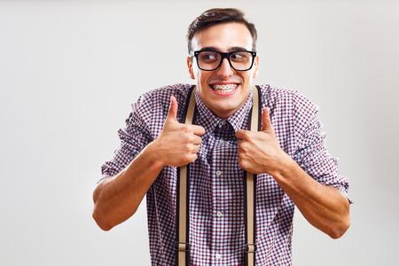 幸せなオタク男が親指が表示されます。