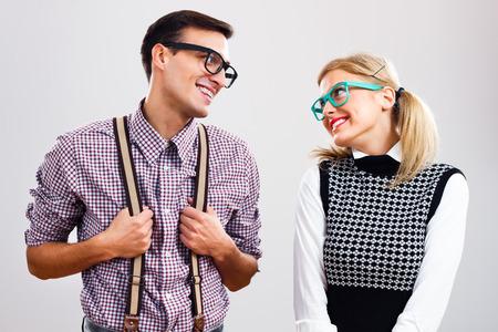 Stydlivá nerdy žena a muž jsou flirtování. Reklamní fotografie