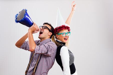 kapelusze: Nerdy mężczyzna i kobieta mają nerdy imprezę.