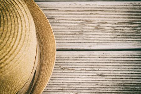 Foto di cappello sul tavolo in legno, immagine volutamente tonica.
