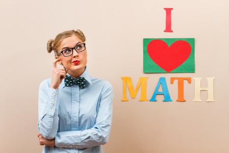 haciendo el amor: Linda chica friki le encantan las matem�ticas y ella est� pensando en ello. Foto de archivo