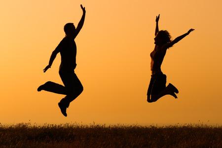 自然のジャンプの愛のカップル。