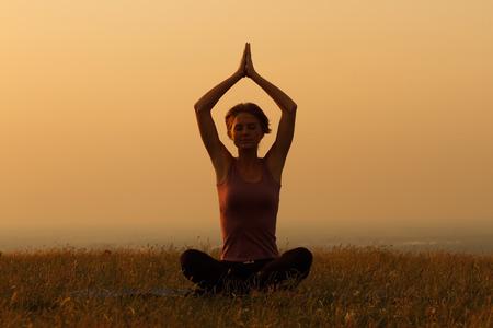 Donna che praticano lo yoga.