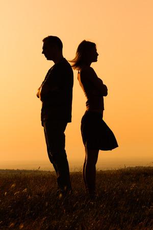 Silhouette di una donna arrabbiata e l'uomo a vicenda. Archivio Fotografico - 42285033