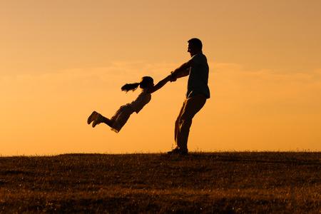 父と娘は、一緒に時間を過ごすお楽しみください屋外。