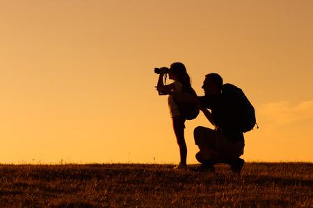dadã  daughter: Silueta de padre e hija de excursión juntos.