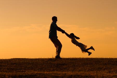 Vader en dochter genieten van tijd doorbrengen samen buiten. Stockfoto