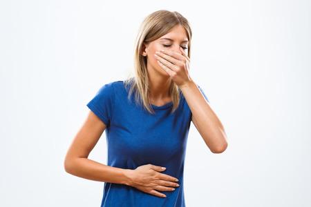 Mujer joven no se siente bien y que va a vomitar.